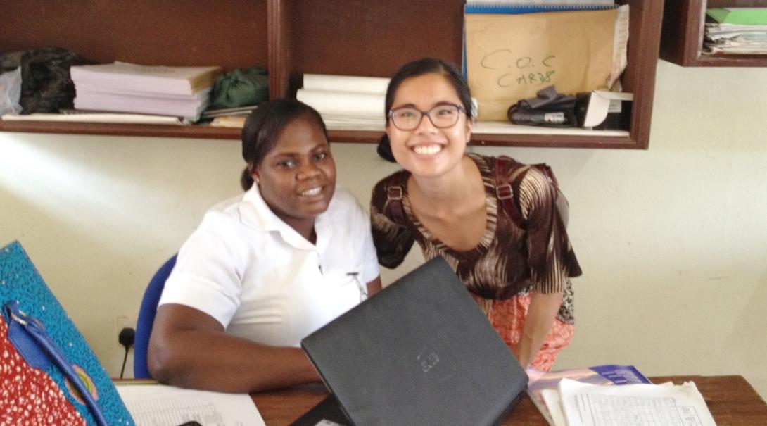 ガーナで活動中の看護インターンと現地人看護師